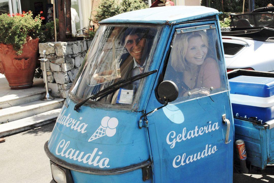 Fabio (Pasquale Aleardi, l.) und Lissy (Annette Frier, r.) kommen sich langsam näher und ziehen am gleichen Strang, als es um die Rettung der Eisdie... - Bildquelle: Hardy Brackmann Sat.1