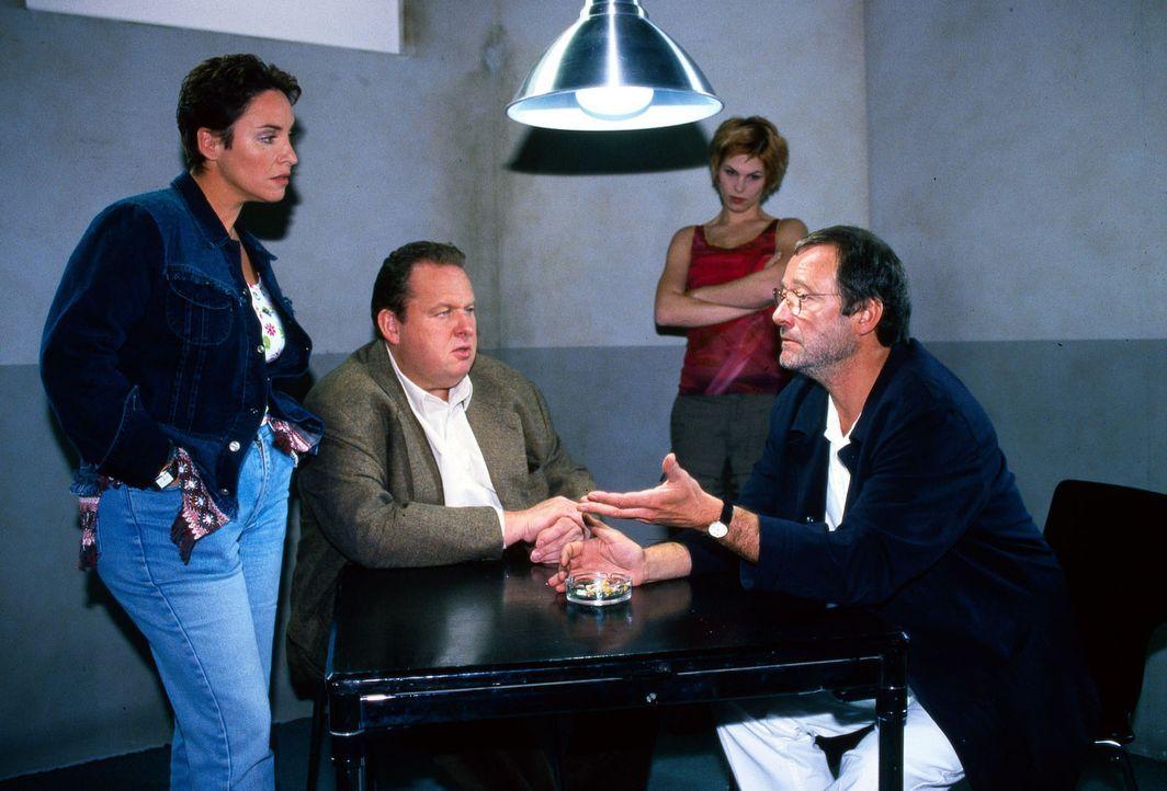 Die Kommissare Berghammer (Ottfried Fischer, 2.v.l.) und Lorenz (Katerina Jacob, l.) sowie die Auszubildende Alexandra (Maren Gingeleit, 2.v.r.) bef... - Bildquelle: Magdalena Mate Sat.1