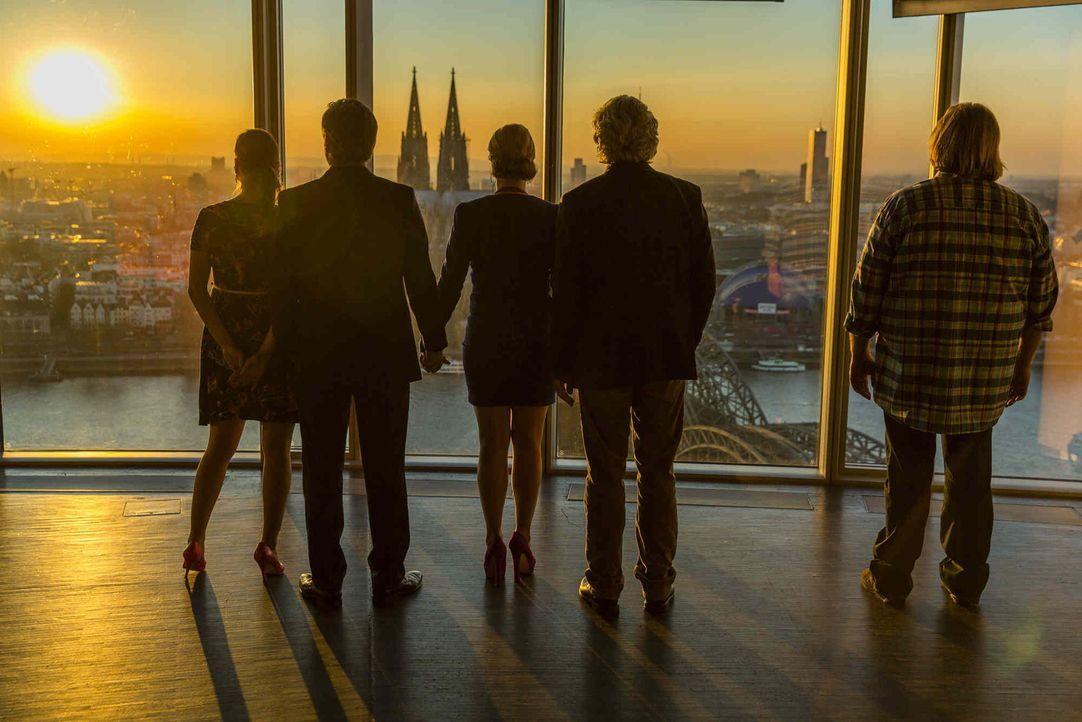Ein neues Leben beginnt: Danni (Annette Frier, M.), Olli (Jan Sosniok, 2.v.l.), Nils (Oliver Fleischer, r.), Bea (Nadja Becker, l.) und Kurt (Axel S... - Bildquelle: Frank Dicks SAT.1