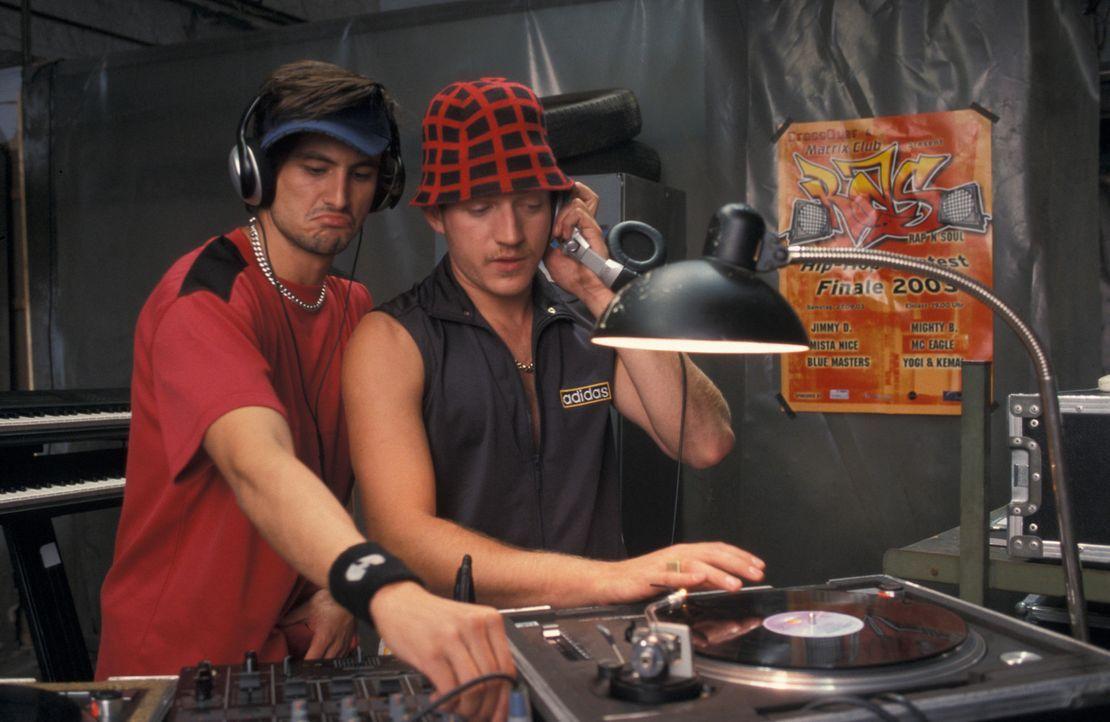 Träumen davon, einen Musikwettbewerb zu gewinnen: Kemal (Josef Heynert, r.) und Yogi (Tom Beck, l.) ... - Bildquelle: ProSieben