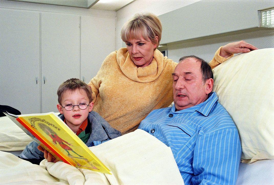 Luise Kupke (Annekathrin Bürger, M.) besucht mit ihrem Enkel Sebastian (Victor Jagielski, l.) ihren Mann Alois (Heinz Rennhack, r.) und ist erleicht... - Bildquelle: Noreen Flynn Sat.1