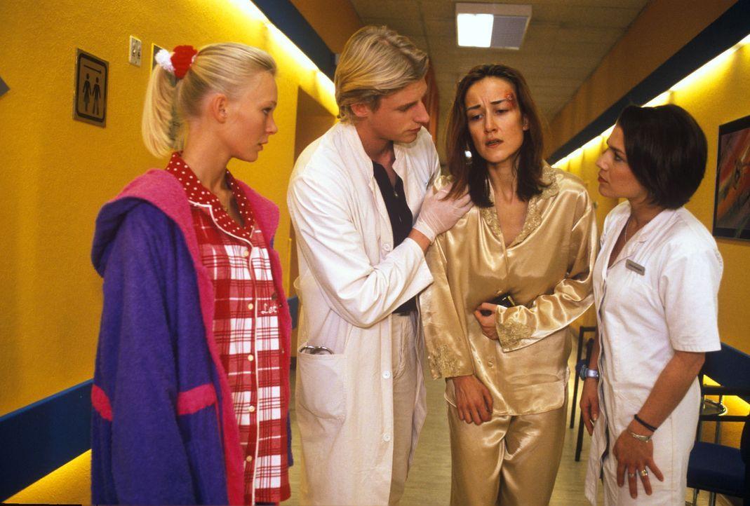 Als bei der Rundfunkjournalistin Ulrike Tannert (Sabine Oberhorner, 2.v.r.) der Verdacht auf eine gefährliche Virusinfektion besteht, richtet AiPle... - Bildquelle: Noreen Flynn Sat.1