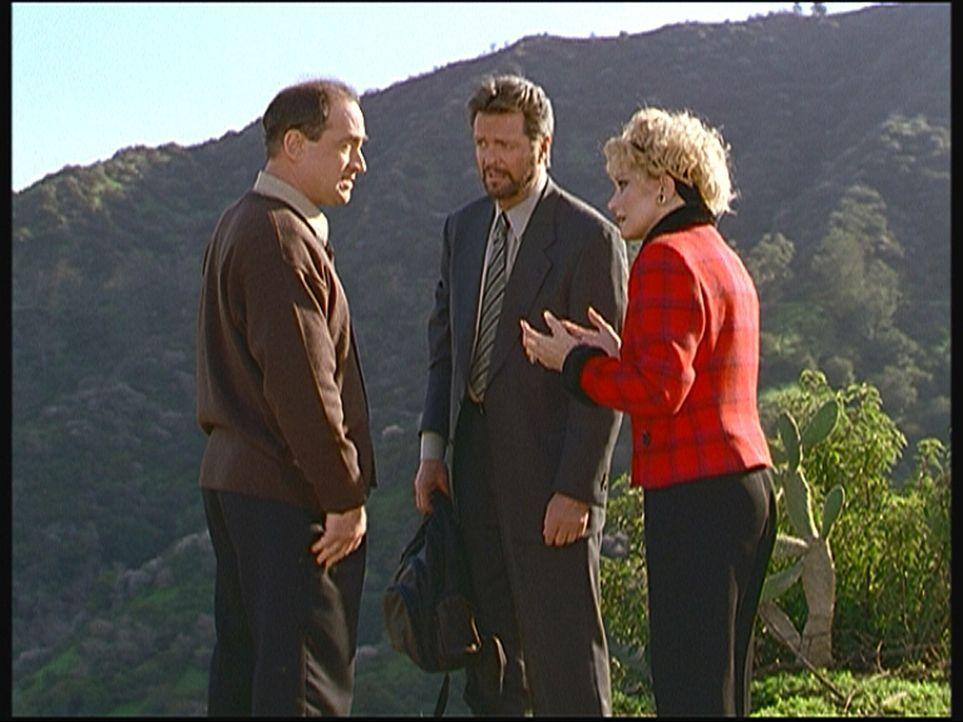 Der Produzent Tom (Todd Susman, l.), der Showmaster Larry (Ian Ogilvy, M.) und die Moderatorin Lucy (Mary Frann, r.) beratschlagen am Tatort, wie si... - Bildquelle: Viacom