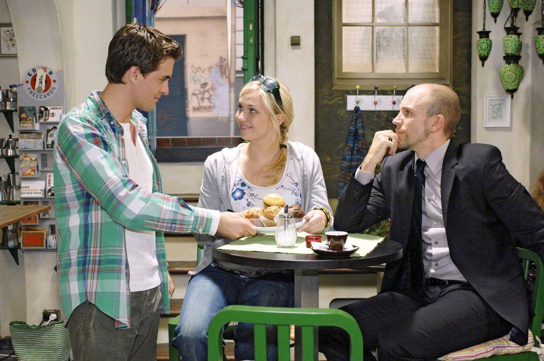 In Lars' (Alexander Klaws, l.) Coffeeshop versucht Nancy (Jil Funke, M.) Gerrits neugierigen Fragen zu entkommen. - Bildquelle: Oliver Ziebe Sat.1