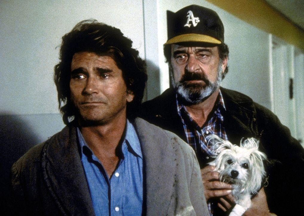 Jonathan (Michael Landon, l.) und Mark (Victor French, r.) wollen Wallys Hund Long John Silver dem kranken Stevie bringen. - Bildquelle: Worldvision Enterprises, Inc.