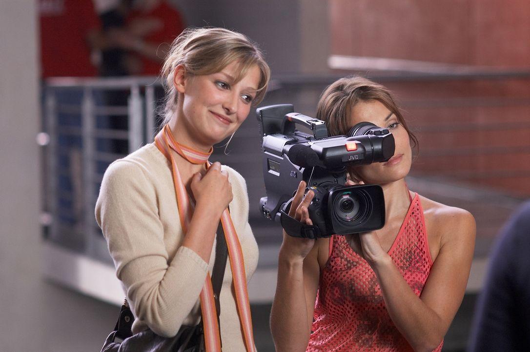 Die Jungregisseurin Denise (Alexandra Maria Lara, l.) dreht eine Reportage über das Leben eines Behinderten. Dafür soll Fred herhalten, der sich jed... - Bildquelle: Senator Film