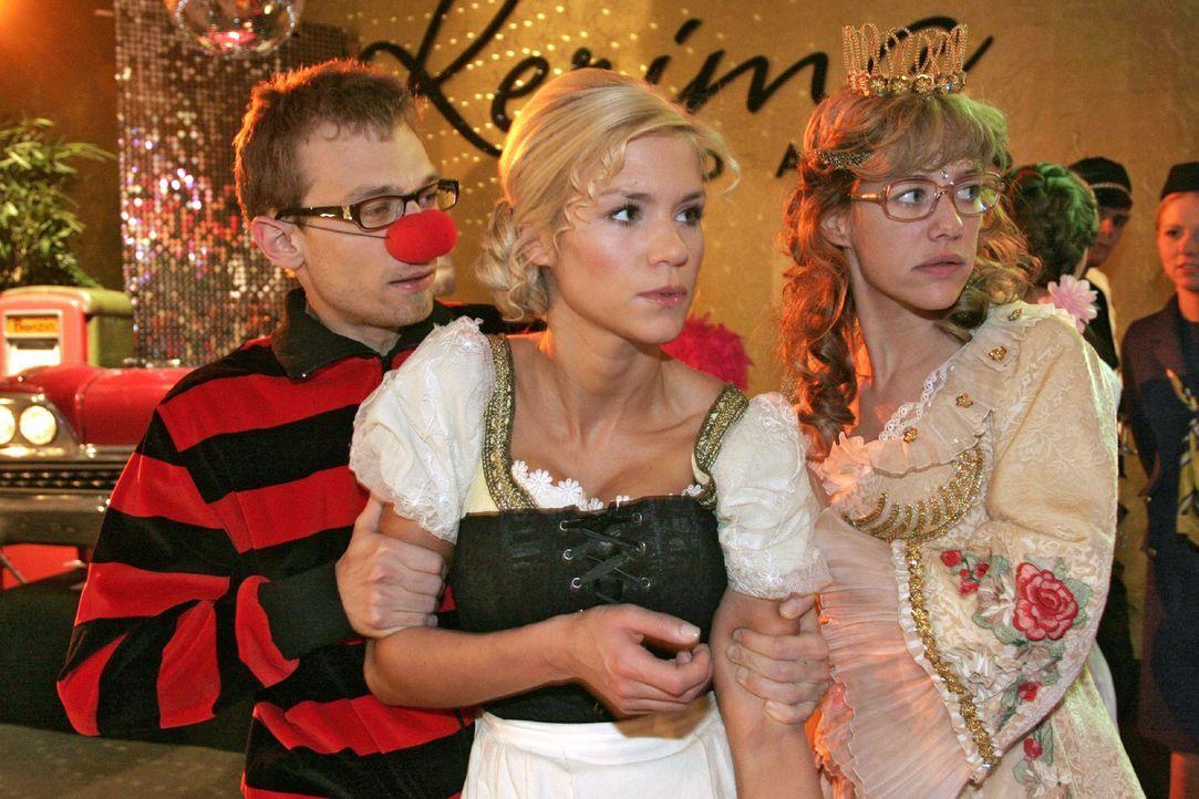 Jürgen (Oliver Bokern, l.) und Lisa (Alexandra Neldel, r.) versuchen Sabrina (Nina-Friederike Gnädig, M.) vom aufgebrachten Richard zurückzuhalten.... - Bildquelle: Noreen Flynn Sat.1