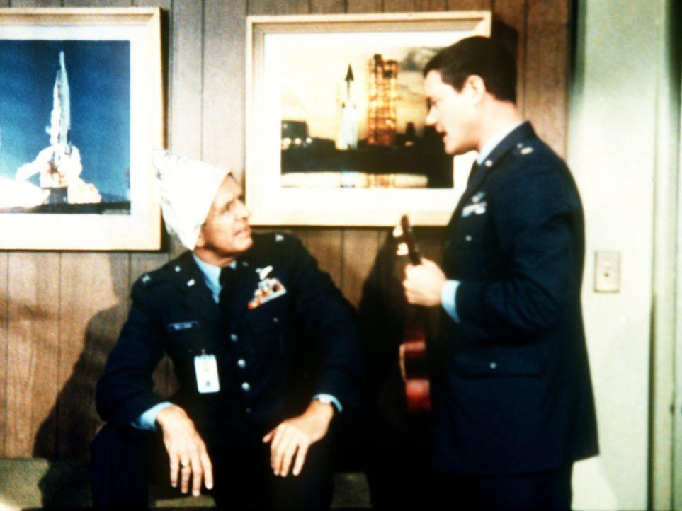 Um Tony (Larry Hagman, r.) zu überprüfen, hat einer von Jeannes Onkeln die Gestalt von Dr. Bellows (Hayden Rorke, l.) angenommen ... - Bildquelle: Columbia Pictures