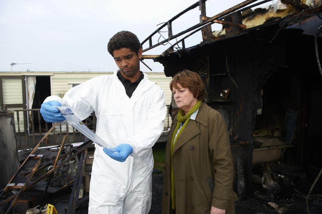 Dr. Marcus Summer (Kingsley Ben-Adir, l.);   Vera Stanhope (Brenda Blethyn, r.) - Bildquelle: Stuart Wood ITV Studios / Stuart Wood