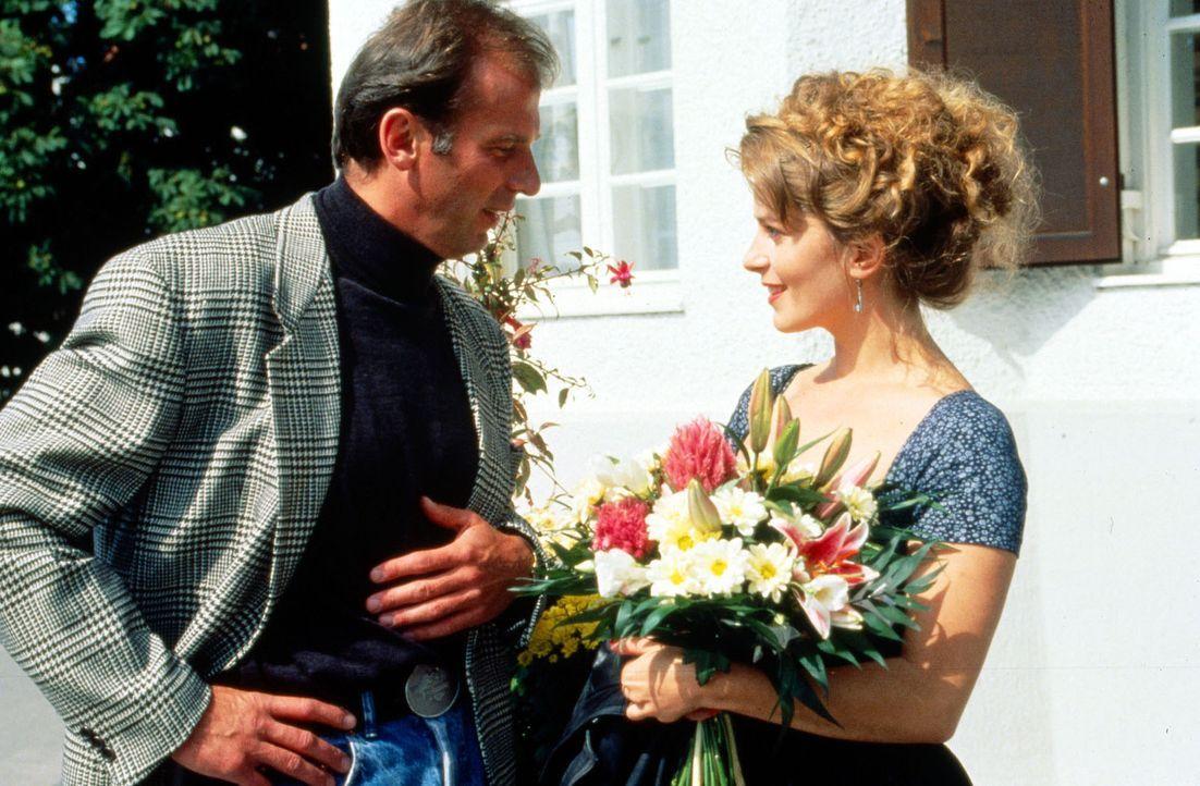 Der sonst bei Frauen so beliebte urbayrische Polizist Valentin Gruber (Wolfgang Fierek, l.) hat sich ausgerechnet in die schöne Heidi (Karin Thaler,... - Bildquelle: Sat.1