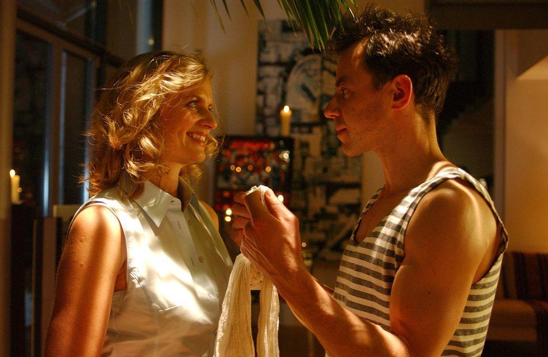 Während der Erkrankung ihres Mannes (Felix Eitner, r.) findet Julie (Gunda Ebert, l.) den Jungen wieder, in den sie sich einst verliebte. Doch urplö... - Bildquelle: Elke Werner ProSieben