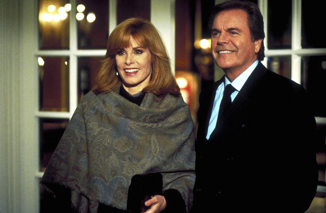 Jennifer (Stefanie Powers, l.) und Jonathan Hart (Robert Wagner, r.) sind in Kanada zu Gast bei einer alten Freundin ... - Bildquelle: Columbia Pictures
