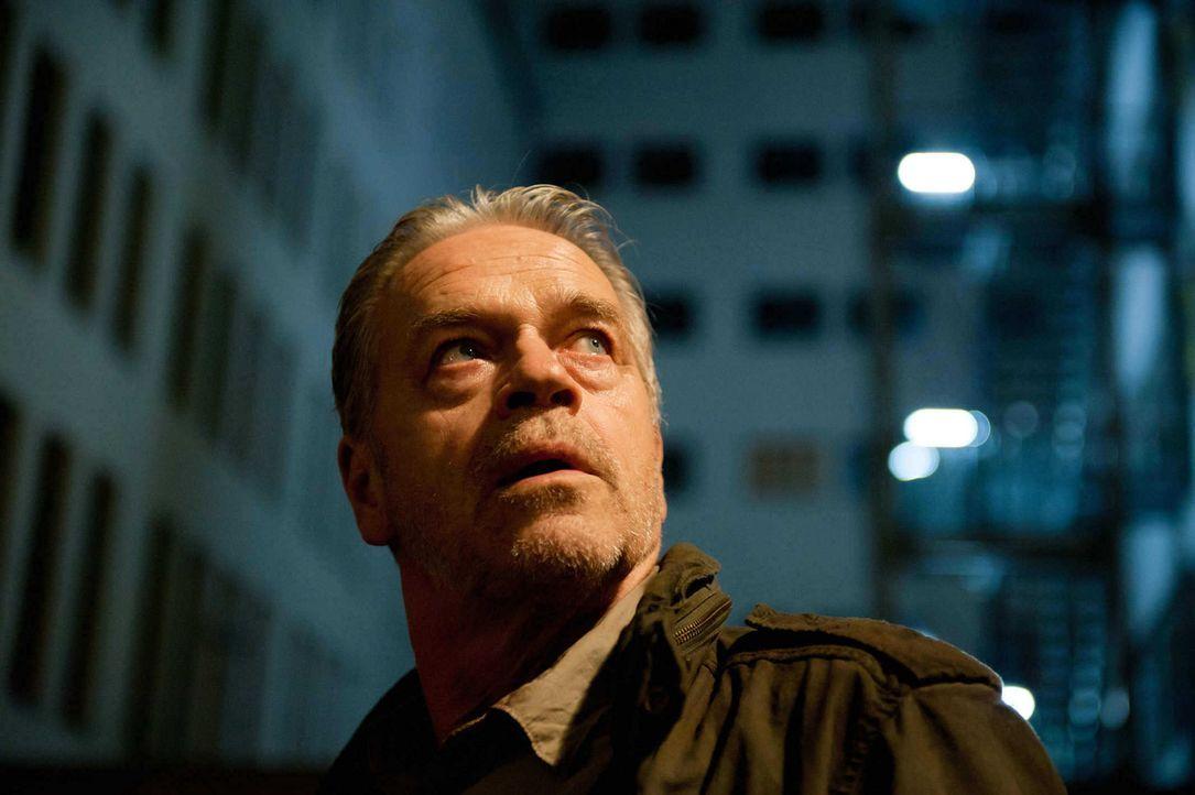 Wird wegen Mordes gesucht: Ex-Kommissar Wolff (Jürgen Heinrich) ... - Bildquelle: Stefan Erhard SAT. 1