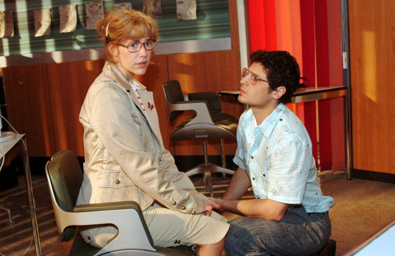 Rokkos (Manuel Cortez, r.) Heiratsantrag überfordert Lisa (Alexandra Neldel, l.). (Dieses Foto von Alexandra Neldel darf nur in Zusammenhang mit der... - Bildquelle: Monika Schürle Sat.1