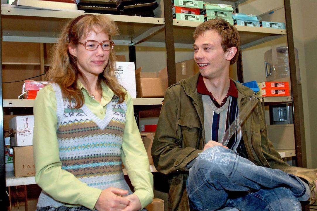 Lisa (Alexandra Neldel, l.) und Jürgen (Oliver Bokern, r.) sind stolz auf ihre erfolgreiche Zusammenarbeit. (Dieses Foto von Alexandra Neldel darf n... - Bildquelle: Monika Schürle Sat.1