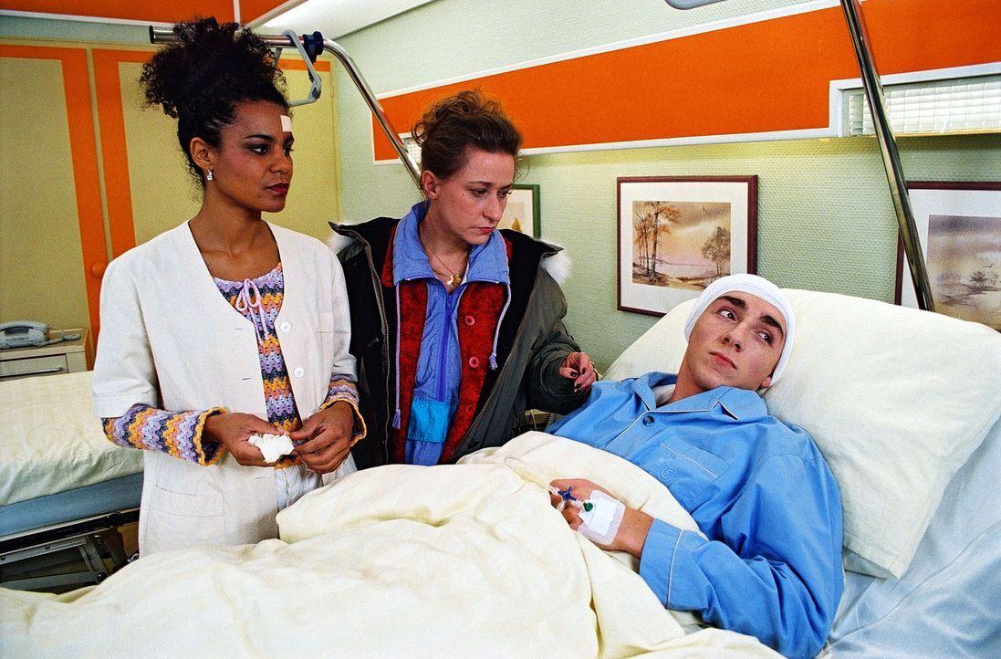 Der 16-jährige Neonazi Jimmy (Oskar Fabian Wien, r.) lässt seinen Hass auch an Maria (Adisat Semenitsch, l.) aus. Seine verschüchterte Mutter (Simon... - Bildquelle: Noreen Flynn Sat.1
