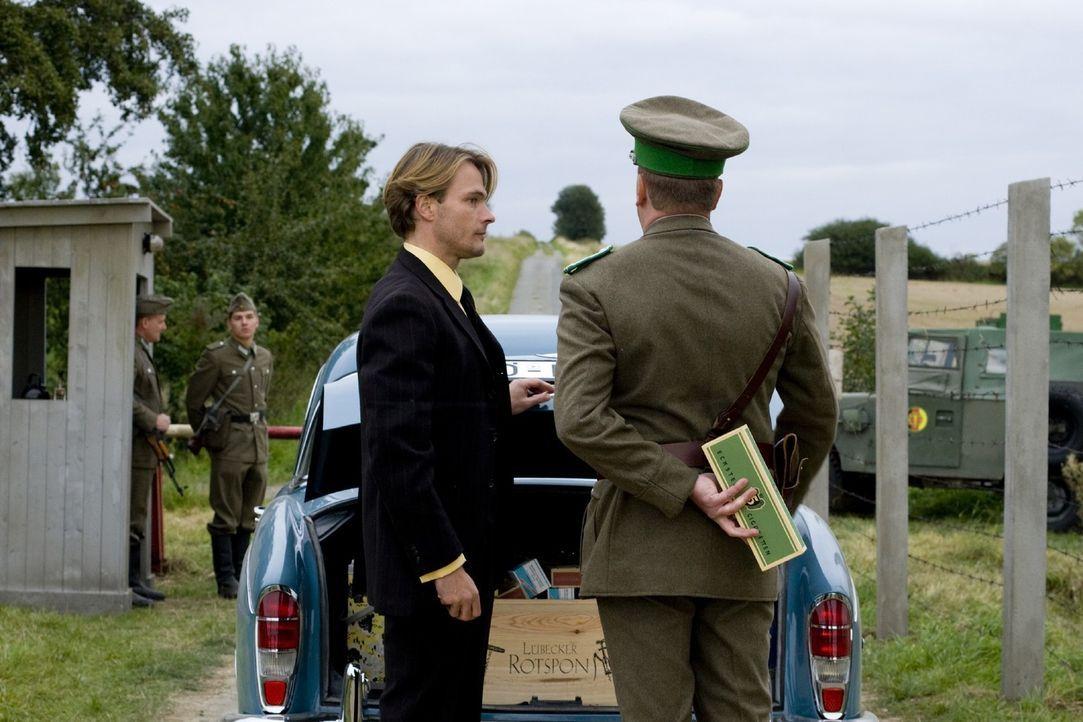 Hat immer Bestechungsgaben im Gepäck: Harald (Andreas Pietschmann, l.), der auf der anderen Seite der Grenze lebt und für die Böseckendorfer, insbes... - Bildquelle: Richard Hübner Sat.1