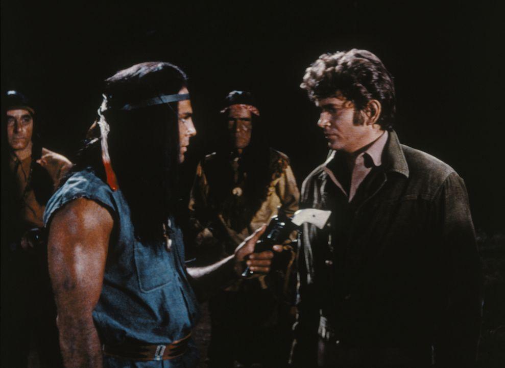 Little Joe (Michael Landon, r.) weiß, dass Indianerhäuptling Jacova (John Saxon, l.) ein Pferdedieb ist, aber dennoch will er ihn dazu überreden, be... - Bildquelle: Paramount Pictures