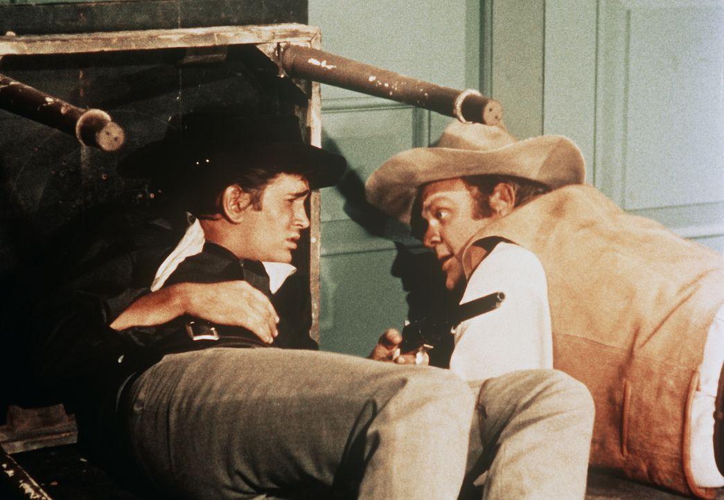 """Ein Irrtum zwingt Hoss (Dan Blocker, r.) und """"Little Joe"""" (Michael Landon, l.) in die Knie: Die beiden werden für bezahlte Killer gehalten ... - Bildquelle: Paramount Pictures"""