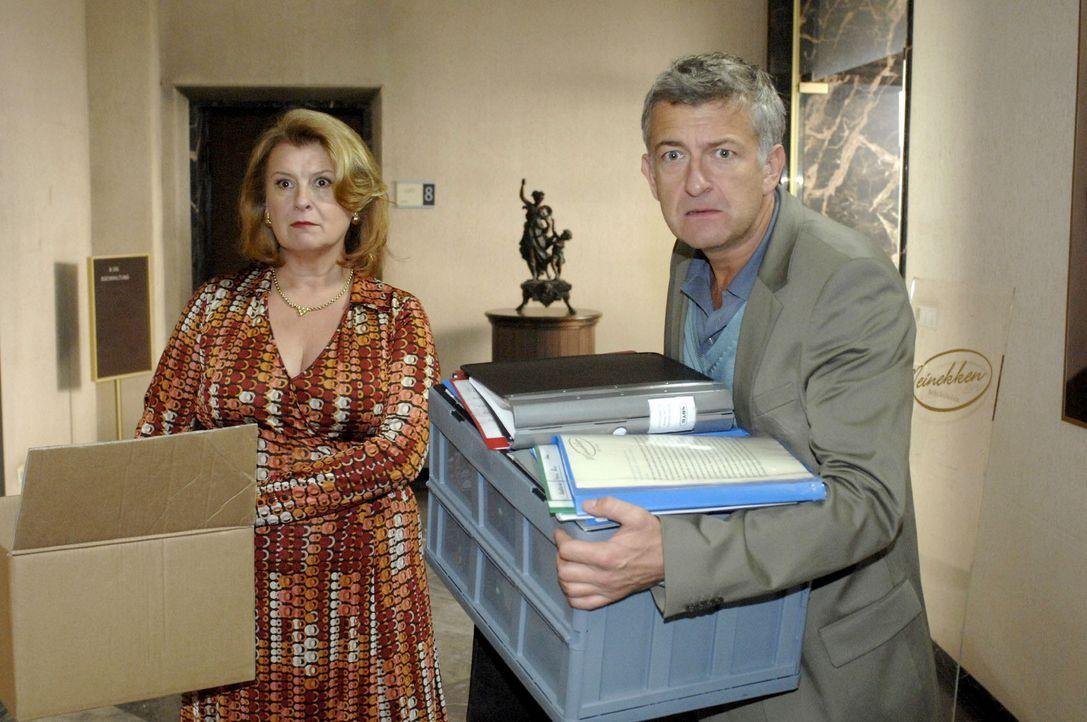 Der Plan ist fehlgeschlagen: Pit (Dominic Raacke, r.) und Renate (Traute Hoess, l.) werden von Katharina gekündigt... - Bildquelle: Oliver Ziebe Sat.1