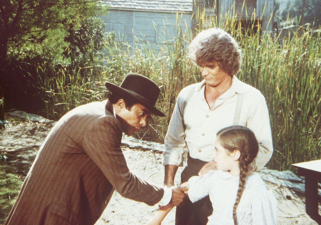 Dr. Ledoux (Don Marshall, l.) begutachtet eine Wunde an Cassandras (Missy Francis, r.) Arm. Ihr Vater Charles (Michael Landon, M.) scheint dem Arzt... - Bildquelle: Worldvision