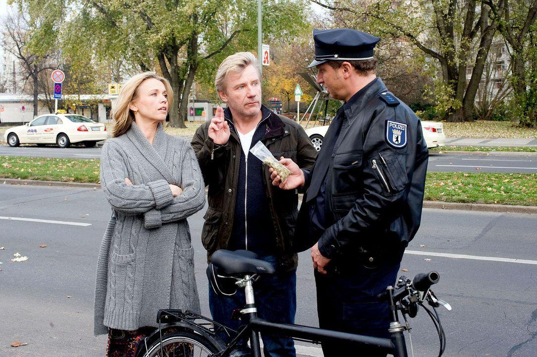 Jetzt wird's brenzlig: Ein Polizist (Matthias Komm, r.) erwischt Hannah (Tina Ruland, l.) und Reinhard (Jörg Schüttauf, M.) nicht nur mit einem gest... - Bildquelle: Gordon Mühle Sat.1