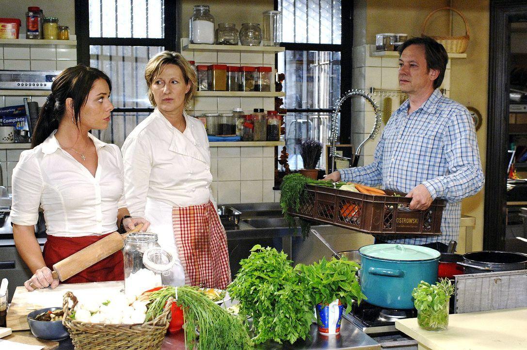 Durch Paloma (Maja Maneiro, l.) erfahren Susanne (Heike Jonca, M.) und Armin (Rainer Will, r.), dass auch Maik an den Räumen neben dem Restaurant in... - Bildquelle: Oliver Ziebe Sat.1