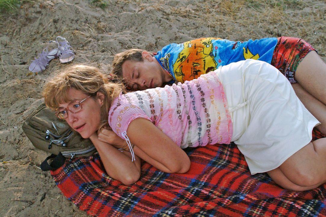 Nach ihrer ersten gemeinsamen, nicht unbedingt leidenschaftlich verlaufenen Nacht mit Jürgen (Oliver Bokern, r.) erwacht Lisa (Alexandra Neldel, l.)... - Bildquelle: Monika Schürle Sat.1
