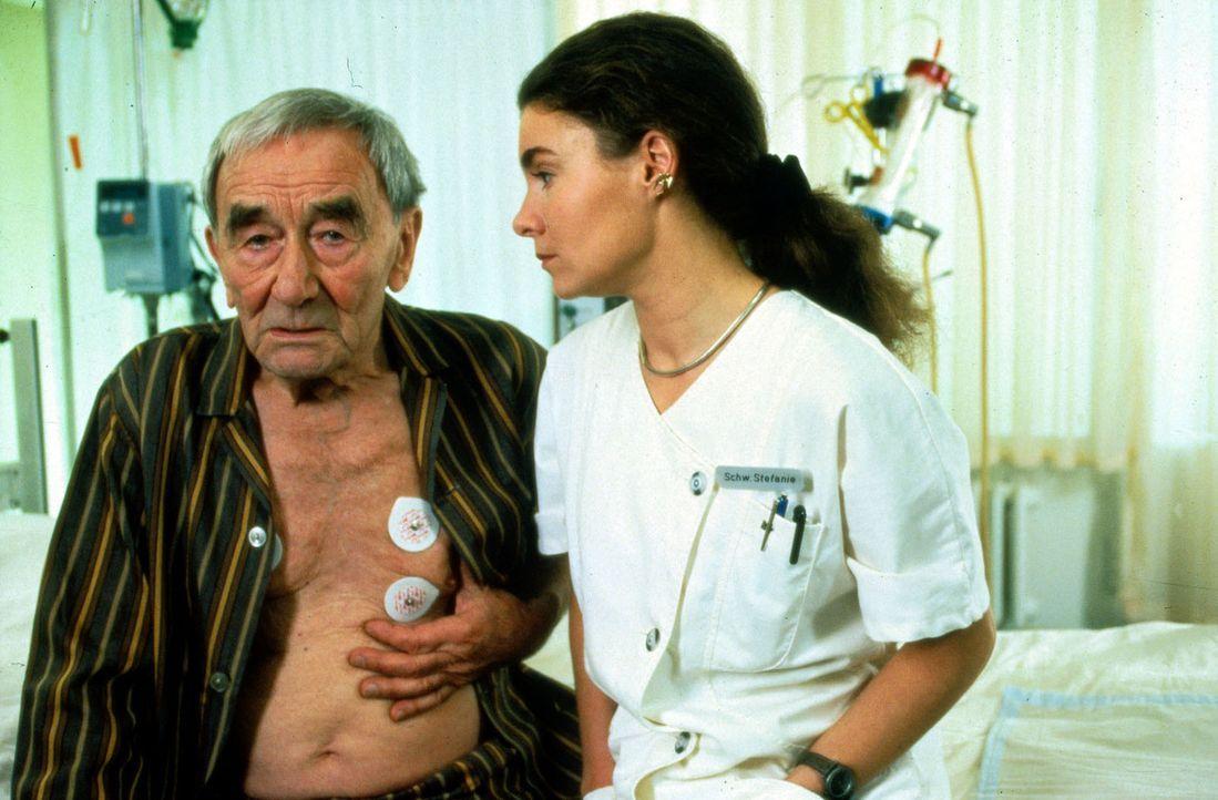Stefanie (Kathrin Waligura, r.) steht vor einer schwierigen Aufgabe: Der alte Herr Müller (Werner Dissel, l.) soll operiert werden, aber damit wür... - Bildquelle: Noreen Flynn Sat.1