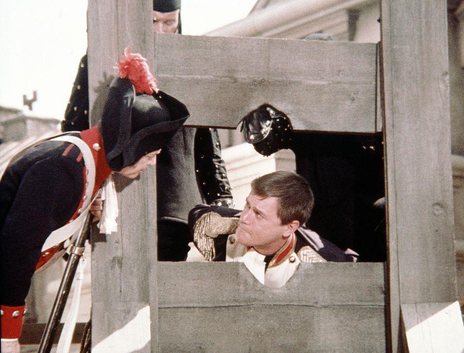 Da Napoleon (Aram Katcher, l.) Tony (Larry Hagman, r.) für einen Spion hält, landet er unter der Guillotine - und Jeannie ist weit und breit nicht a... - Bildquelle: Columbia Pictures