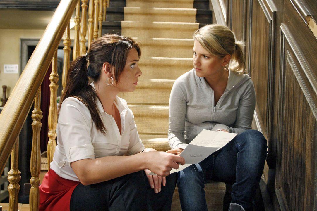 Paloma (Maja Maneiro, l.) kann nicht glauben, dass der Brief, den Anna (Jeanette Biedermann, r.) bekommen hat, wirklich von ihrem Vater kommt. - Bildquelle: Noreen Flynn Sat.1