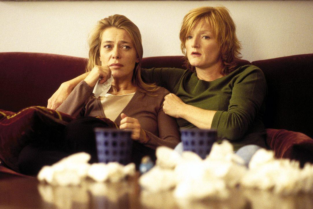 Jette (Barbara Rudnik, l.) sorgt sich um ihren Sohn. Doro (Nina Petri, r.) steht ihrer Freundin bei. - Bildquelle: Krumwiede Sat.1
