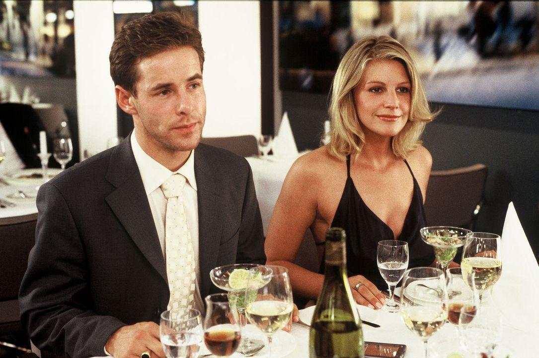 Nicholas (Markus Meyer, l.) sieht sich gezwungen, Stella (Sophie Schütt, r.) beim Abendessen mit seinen Geschäftspartnern als seine Freundin vorzust... - Bildquelle: Wolfgang Meier Sat.1