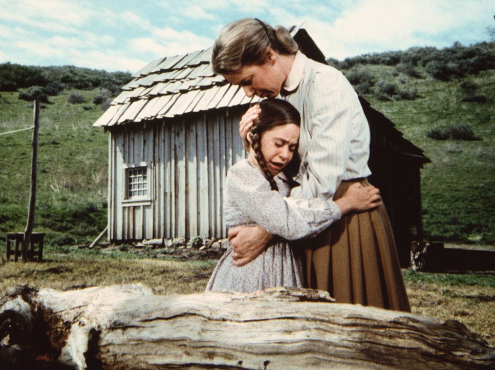 Cassandra (Missy Francis, l.) ist sehr traurig, weil ihr Bruder James im Koma liegt. Caroline (Karen Grassle, r.) versucht, sie zu trösten. - Bildquelle: Worldvision