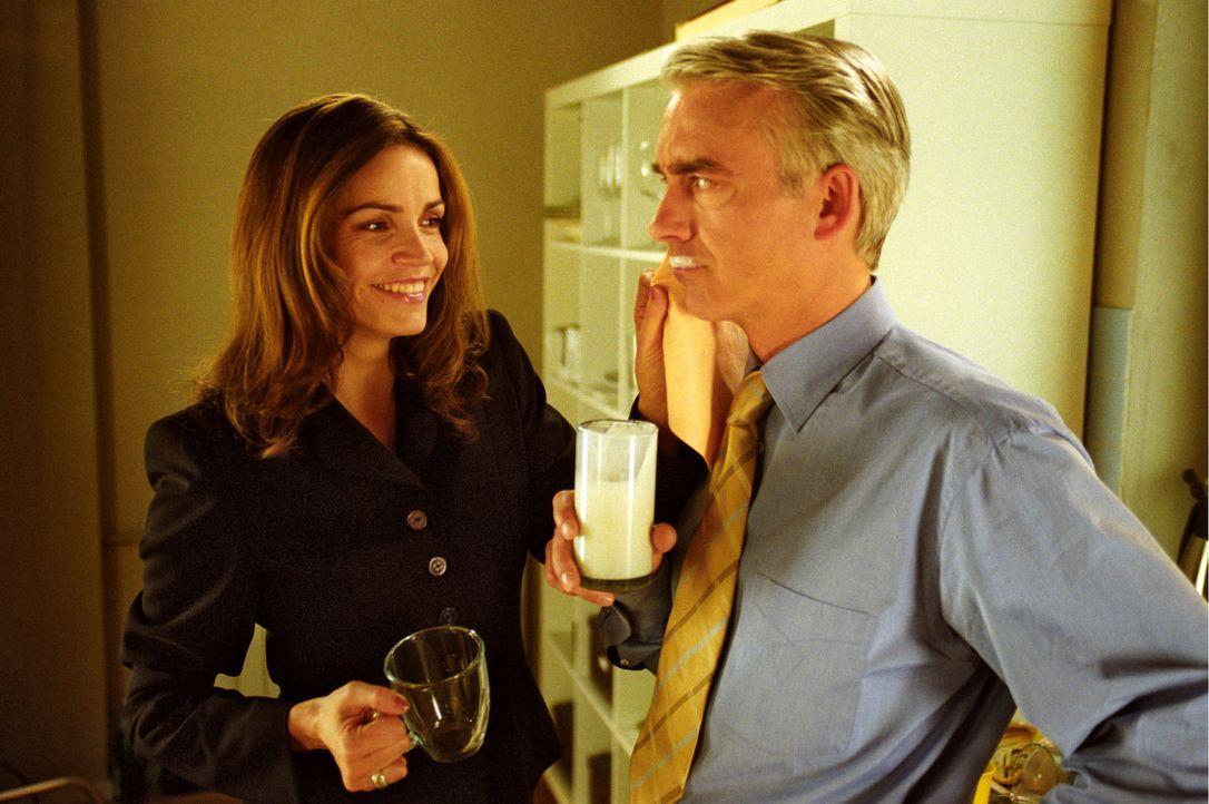 Liebevoll wischt Sandra (Rebecca Immanuel, l.) Felix' (Christoph M. Ohrt, r.) sein Milchbärtchen aus dem Gesicht, denn die beiden sind sich endlich... - Bildquelle: Hardy Spitz Sat.1