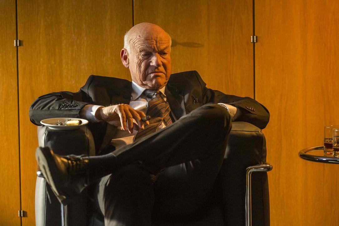 Während Ruth zu den Lowinskis ins Reihenhaus ziehen muss, gerät Danni bei einer Anhörung mit Generalstaatsanwalt Röpke (Dietrich Hollinderbäumer) an... - Bildquelle: Frank Dicks SAT.1