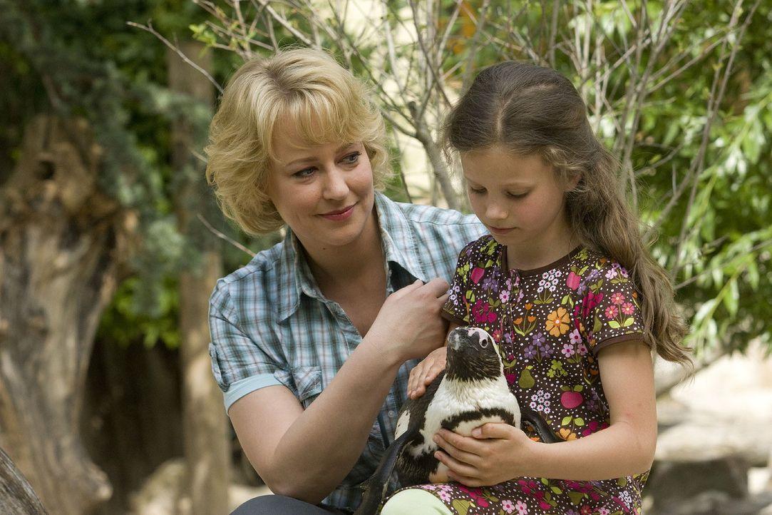Nachdem Sonja (Floriane Daniel, l.) die Hiobsbotschaft über die geplante Zooschließung erhalten hat, braucht sie genauso Trost wie ihre Tochter Hann... - Bildquelle: Thomas Kost Sat.1