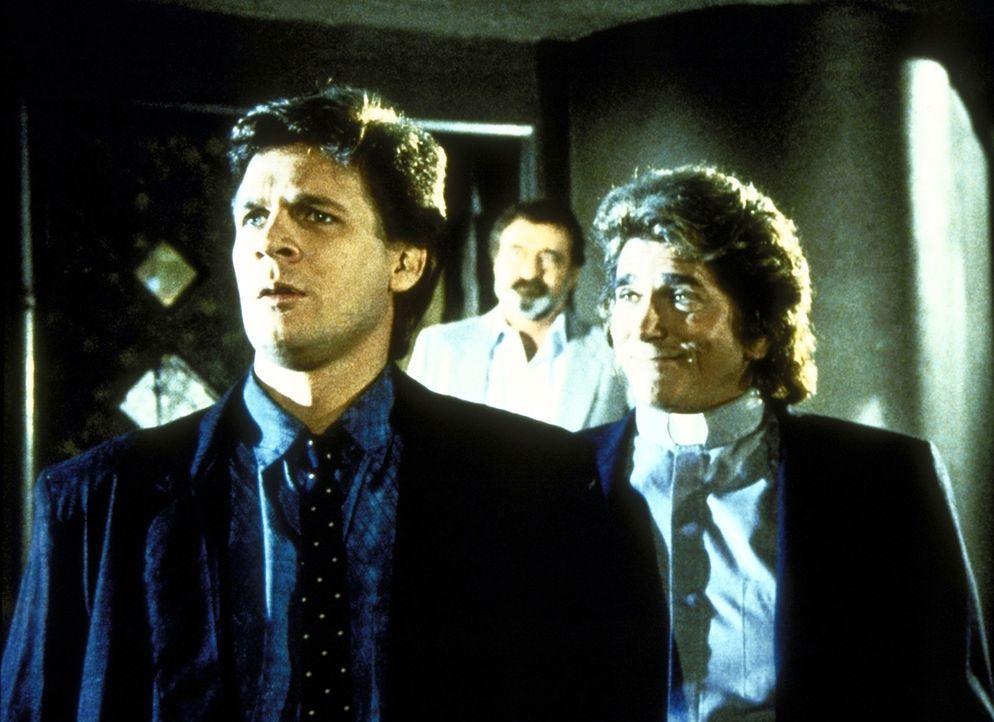 Brad (Dean Scofield, l.) sucht überall nach seiner Verlobten Trish. Mark (Victor French, M.) und Jonathan (Michael Landon, r.) unterstützen ihn bei... - Bildquelle: Worldvision Enterprises, Inc.