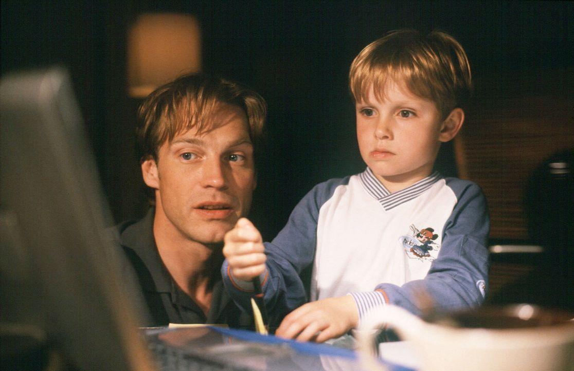 Dexter (Wolf-Niklas Schykowski, r.) und sein Vater Frank (Pierre Besson, l.) schreiben an Johnson. - Bildquelle: Dirk Plamböck Sat.1