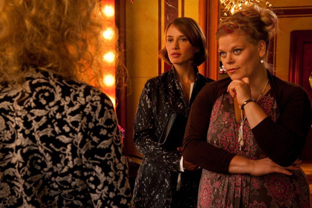 Die wunderschöne Fe (Nadeshda Brennicke, l.) ahnt nicht, dass die scheinbar weniger attraktive Mandy (Marie Schöneburg, r.) bald einen Traummann ken... - Bildquelle: Maria Krumwiede SAT.1
