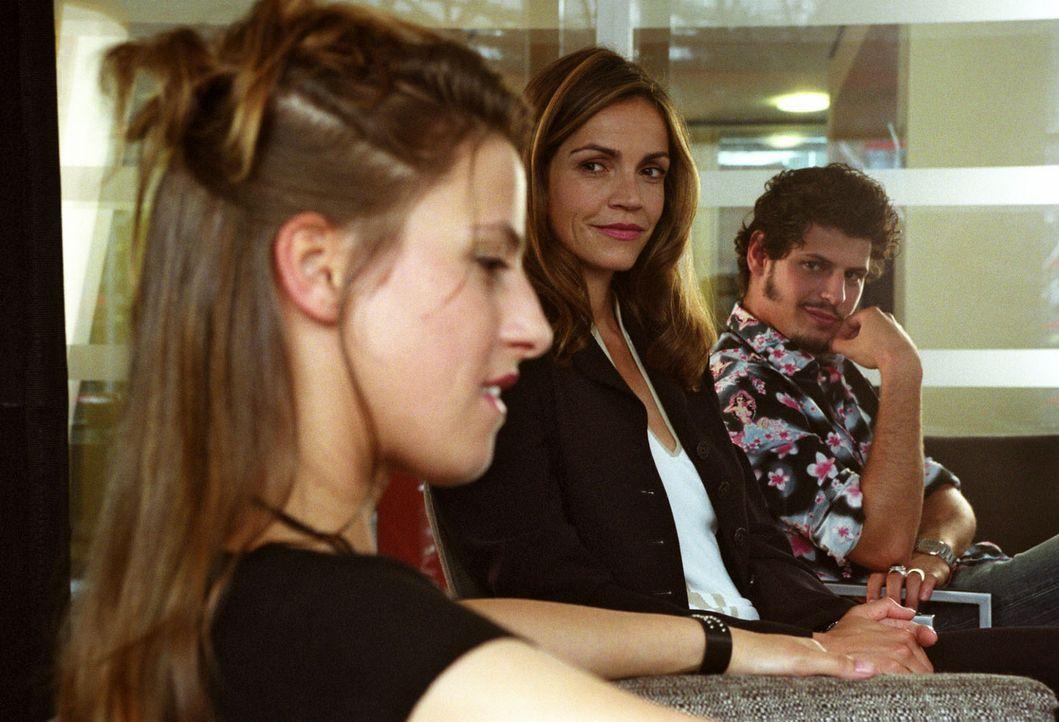 Musik verbindet: Sandra (Rebecca Immanuel, M.) erfährt von ihrem Mandanten Dominik (Manuel Cortez, r.) und der attraktiven Sängerin Kora (Jenny Deim... - Bildquelle: Hardy Spitz Sat.1