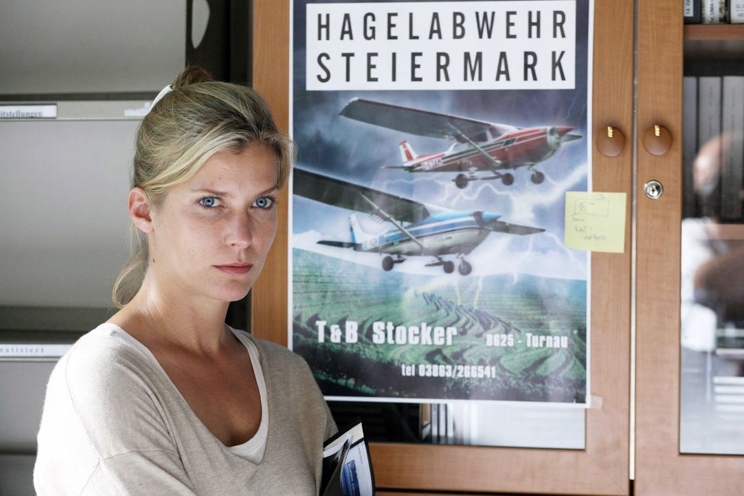 """Andrea (Valerie Niehaus) wird durch Prof. Guttmann auf die Hagelabwehr Steiermark aufmerksam und hofft mit deren Hilfe die """"Superzelle"""" nachweisen z... - Bildquelle: Petro Domenigg Sat.1"""