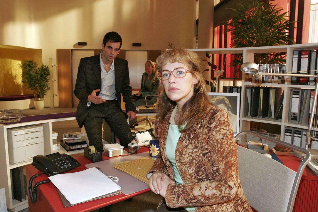 David (Mathis Künzler, l.) bittet Lisa (Alexandra Neldel, r.), für die Scheinfirma einen wichtigen Banktermin wahrzunehmen. Wider Erwarten respektie... - Bildquelle: Monika Schürle Sat.1