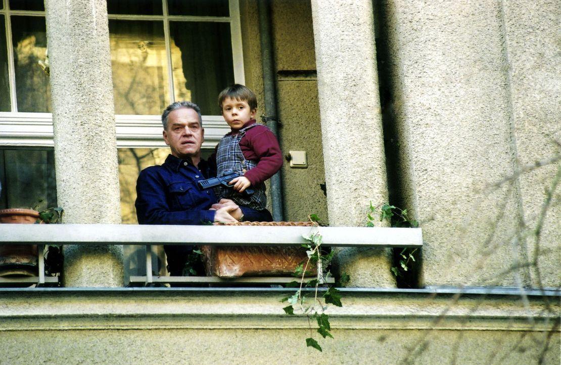 Wolff (Jürgen Heinrich, l.) und sein Enkel Luis (Bruno Schubert, r.) schauen Verena nach, die sich mit einem neuen Freund verabredet hat. Ahnungslos... - Bildquelle: Claudius Pflug Sat.1