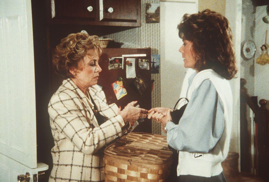Amanda (Kate Jackson, r.) versucht zu verhindern, dass Dotty (Beverly Garland, l.) Kontakt zu ihrem neuen Nachbarn aufnimmt ...