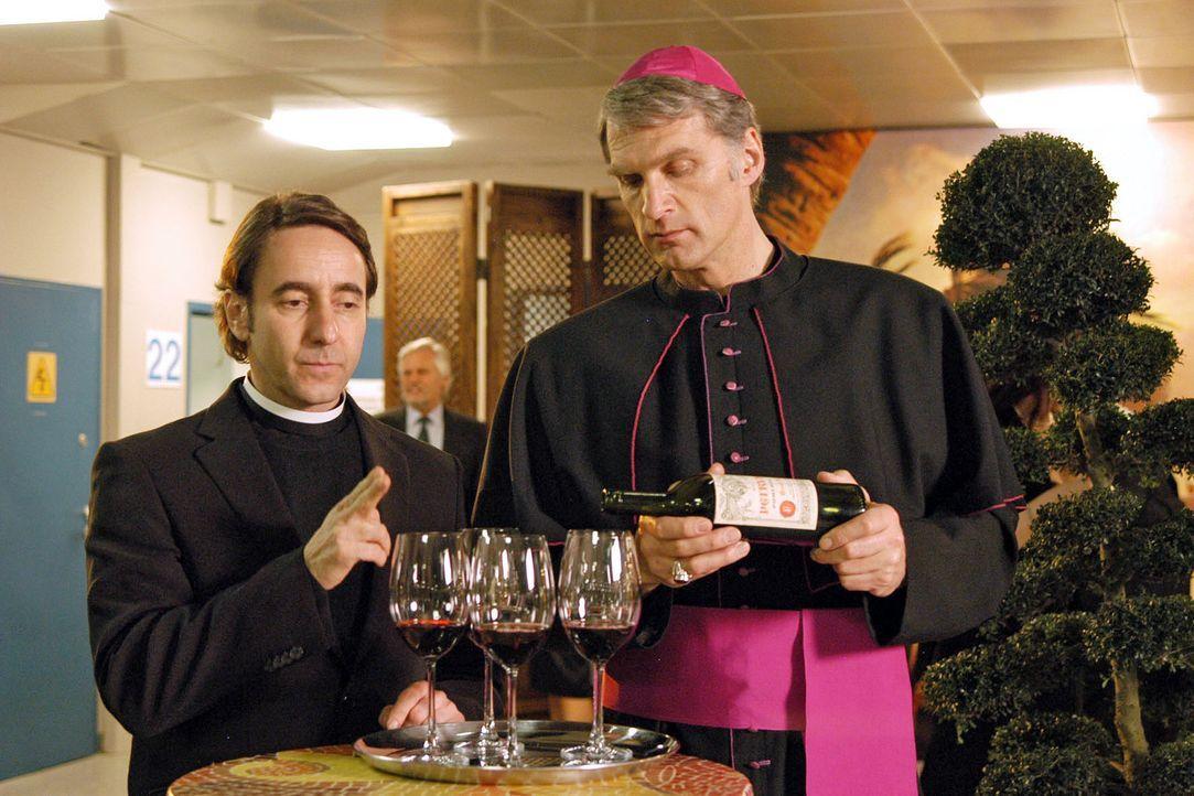 Getarnt als Monsignore Brizzi (Walter Sittler, r.) und Padre Remirez (Dieter Landuris, l.) treffen Max und René auf dem Empfang des Botschafters ein... - Bildquelle: Jacqueline Krause-Burberg Sat.1