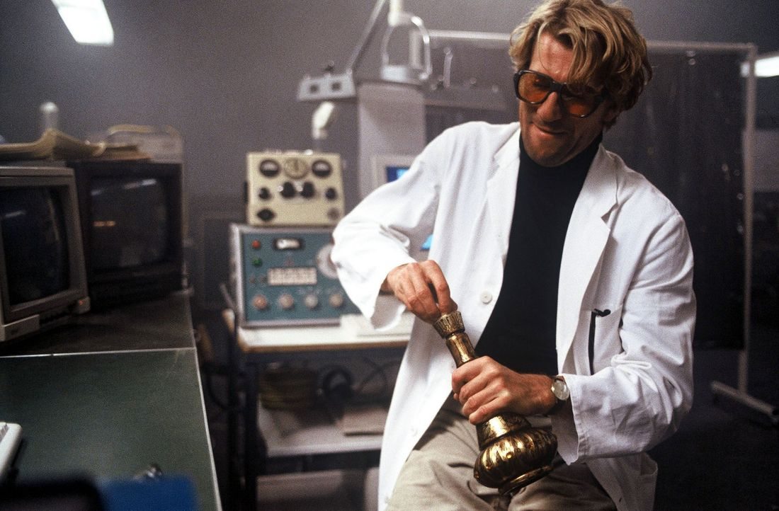 Jakob (Michael von Au) verwandelt eine simple Bierflasche im Transformator in ein orientalisches Wundergefäß - in dem Flaschengeist Tabatah wohnt! - Bildquelle: Jörg Klaus Sat.1