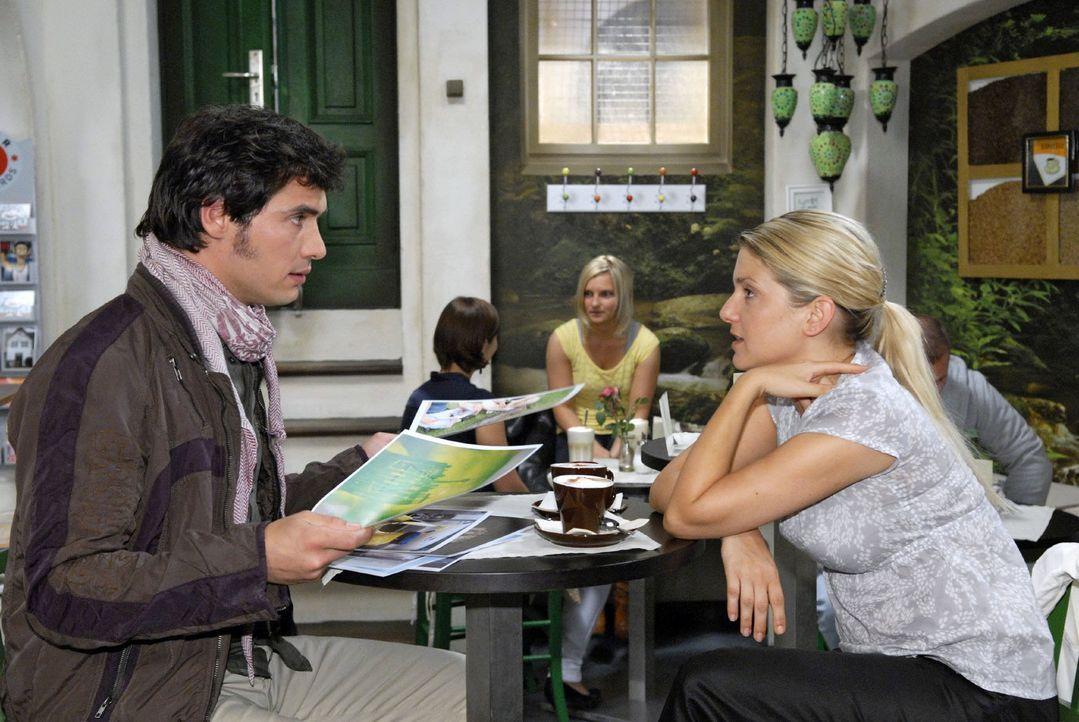 Anna (Jeanette Biedermann, r.) versucht, Alexander (Paul T. Grasshoff, l.) als Fotografen für die Agentur zu gewinnen. - Bildquelle: Christoph Assmann Sat.1