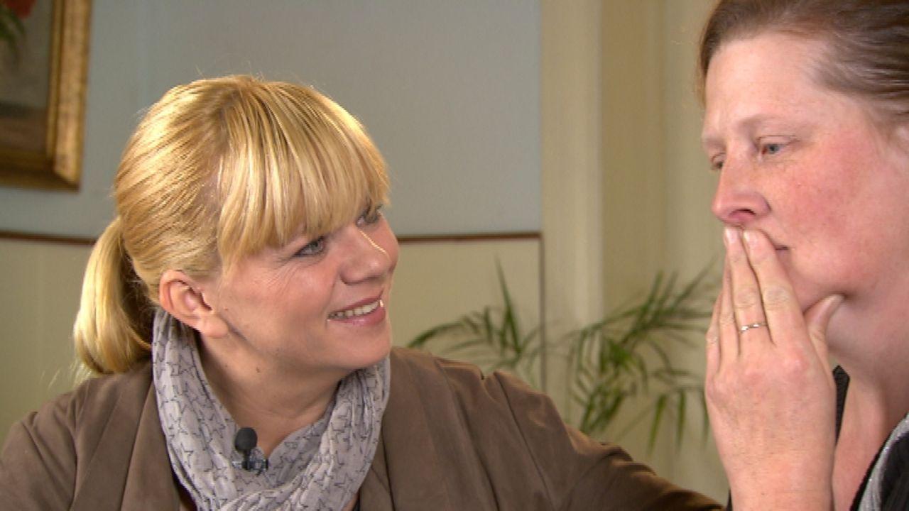 Was wurde aus ihrer Familie? Diese Frage treibt Katrin (r.) seit langem um. Sie wendet sich an Julia Leischik (l.), um ihre Mutter Dorothea (75) und... - Bildquelle: SAT.1