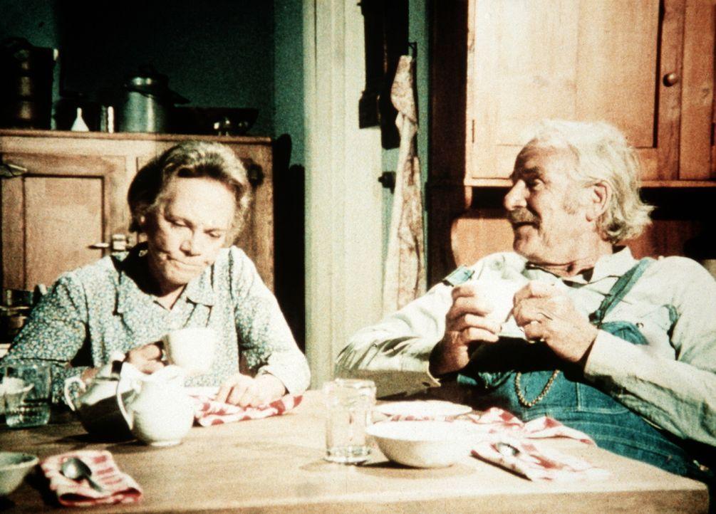Die Großeltern Samuel (Will Geer, r.) und Ester Walton (Ellen Corby, l.) haben schon so manch harten Schicksalsschlag einstecken müssen ... - Bildquelle: WARNER BROS. INTERNATIONAL TELEVISION